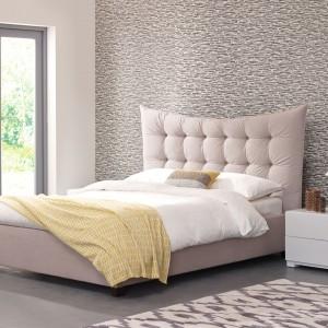 Wrasisty, pikowany zagłówek łóżka Cassy nadaje meblowi w kolorze piasku luksusowy wygląd. Szykowny mebel dostępny w sklepie Stay In Bed. Fot. Stay In Bed.