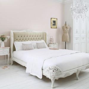 Aksamitne, pikowane wezgłowie, w połączeniu z francuskimi dekorami korpusu sprawia, że mebel pełni funkcję biżuterii sypialni. Dekoracyjne łóżko dostępne w sklepie The French Bedroom. Fot. The French Bedroom.