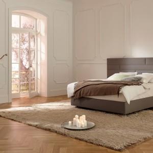 Mebel Suite seria Deluxe marki Hulsta to wyjątkowe połączenie piękna i komfortu, które gwarantuje 30-centymetrowy materac. Przeszycia na zagłówku tworzą prostokąty w różnych rozmiarach, układające się w elegancką kompozycję. Fot. Hulsta.