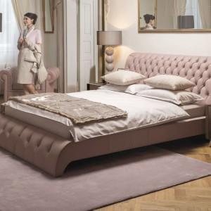 Niezwykle dekoracyjne łóżko Himalia marki Kler w skórzanym wykończeniu. Do pikowania wykorzystano eleganckie guziki, jednak w ofercie firmy są również kryształki Svarowskiego. Fot. Kler.