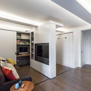 Sufit w przestrzeni dziennej zyskał efektowne podświetlenie, które całemu pomieszczeniu nadaje lekkość i nowoczesnego charakteru. Projekt: MKCA. Fot. Alan Tansey.