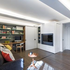 Ściany i sufit w mieszkaniu pomalowano na śnieżną biel. W tym samym kolorze utrzymano wszelkie elementy działowe. Mnogość jasnych powierzchni sprawia, że niewielka przestrzeń wydaje się optycznie większa. Projekt: MKCA. Fot. Alan Tansey.