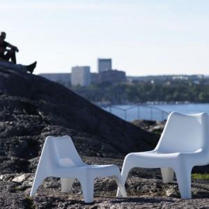 Krzesła ogrodowe Bunso dostępne w wersji dla dużych i małych. Meble są odporne na płowienie i zawierają stabilizatory UV, dzięki czemu nie pękają. Fot. IKEA.
