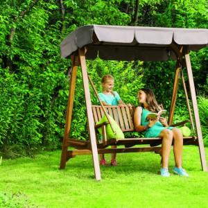 Huśtawka Aland w formie ławki. Huśtawka wykonana z drewna, dzięki czemu jest wystrzymała i pięknie prezentuje się w ogrodzie. Fot. Castorama.