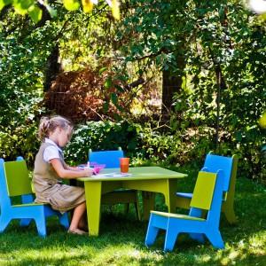 Seria plastikowych mebli od Loll Designs dostępna w wielu kolorach. W kolekcji znajdziemy stoliki, krzesła, ławki dla dzieci. Fot. Loll designs.