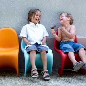 """Słynne krzesła Panton dostępne w wersji """"Junior"""" doskonale sprawdzą się na tarasie i balkonie. Projekt: Verner Panton. Fot. Vitra."""