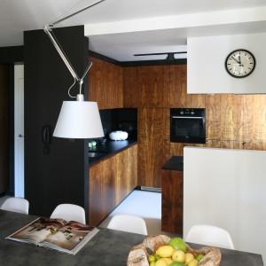 Siedząc w jadalni można mieć kontakt zarówno z osobami przebywającymi w jadalni, jak i w salonie. Fot. Bartosz Jarosz.