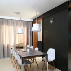 Między salonem a jadalnią znajduje się jedynie niepełna ścianka działowa. Nie dzieli ona całkowicie obu przestrzeni, przysłania natomiast strefę roboczą. Fot. Bartosz Jarosz.