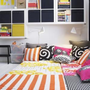 Półki i półeczki dla dzieci powinny znajdować się na tyle nisko, aby maluchy mogły same zdjąć z nich książki, a po przeczytaniu - odłożyć je na na swoje miejsce. Fot. IKEA.