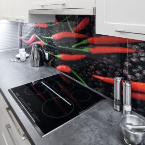W wysokiej pod sam sufit zabudowie zamontowano sprzęt AGD. Swobodny dostęp do piekarnika i kuchenki mikrofalowej sprawia, że korzystanie z kuchni jest wygodne. Projekt: Małgorzata Goś, Agata Balińska. Fot. Bartosz Jarosz.
