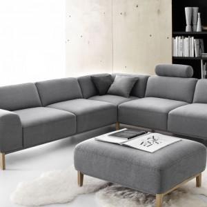 System Point, zaprojektowany przez Roberta Kowalczyka dla marki Etap Sofa. Grube poduchy oparć i obszerne siedziska gwarantują wyjątkowy komfort, a wysokie, smukłe drewniane nóżki nadają kolekcji pełen wyrazu charakter. Fot. Etap Sofa.