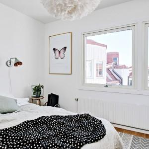 Pomieszczenie rozświetla naturalne światło, wpadające przez dwa duże okna pozbawione szprosów. Fot. Fredrik J Karlsson/Alvhem Makleri.