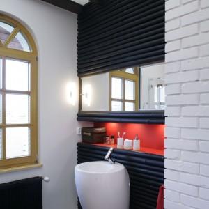 W tej łazience połączono trzy kolory: biały, czerwony i czarny. Każda powierzchnia o innej fakturze tworzy spójne, przemyślane wnętrze. Projekt: Maciej Bołtruczyk. Fot. Monika Filipiuk-Obałek.