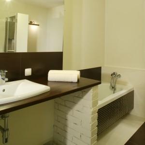Cegła w łazience może pojawić się także w nietypowej formie, np. jako podstawa na której opiera się blat pod umywalkę. Projekt: Maciej Bołtruczyk. Fot. Monika Filipiuk-Obałek.
