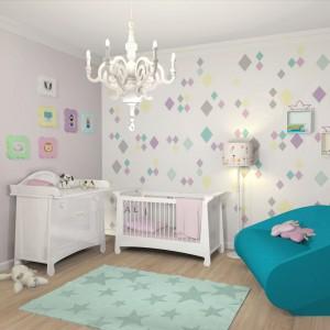 Pokój niemowlaka musi być także wygodny dla rodziców, którzy będą spędzać w nim dużo czasu. Dlatego warto wstawić do niego fotel, sofkę czy choćby wygodne krzesło. Fot. Le Pukka.