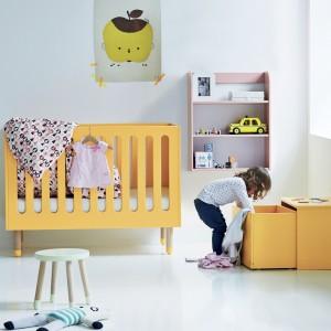 Na początku w pokoju dziecka wystarczy niewielki pojemnik na zabawki czy gryzaczki. Z czasem trzeba będzie wymienić je na większe pudełko lub skrzynkę do przechowywania zabawek. Fot. Cuckooland.