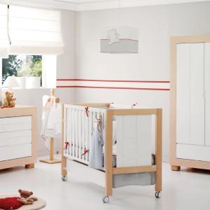 W pokoju malucha sprawdzą się też elementy drewna. Podłoga czy meble z naturalnym fornirem nadadzą przytulny klimat oraz subtelnie ocieplą wnętrze. Fot. Micuna.