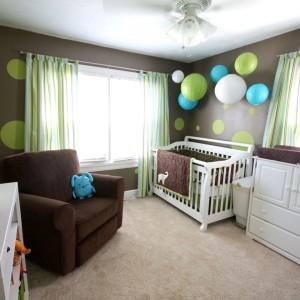 W pokoju dziecka, podobnie jak w sypialni powinno być nie tylko światło górne, ale również lampka nocna. Dyskretnie oświetli ona pokój w nocy w sytuacji, gdy trzeba przewinąć lub nakarmić malucha. Fot. La Rcade.