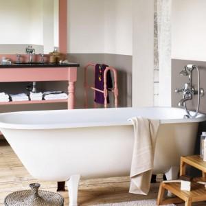 W łazienkach utrzymanych w stylistyce retro dobrze sprawdzą się jasne, pastelowe odcienie. W tej aranżacji kremowa wolno stojąca wanna harmonizuje z szarymi ścianami. Fot. Dulux.