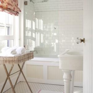 Ważnym elementem w stylizowanej łazience są dodatki oraz tkaniny, które dodają wnętrzu charakteru. Fot. Benjamin Moore.