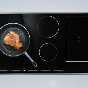 Płyta indukcyjna FHFB 905 5I ST do zadań specjalnych: duża, wygodna i funkcjonalna, świetnie prezentuje się w każdej kuchni. Posiada funkcję BOOSTER dla wszystkich pól, zintegrowany panel sterujący, sterowanie Sliding Touch Control oraz Multizone. Ponadto wyposażona jest zabezpieczenie przed przegrzaniem, blokadę przed dziećmi, elektroniczne rozpoznawanie naczynia, wyłącznik bezpieczeństwa oraz funkcję utrzymywania ciepła. Cena: 5.999 zł. Fot. Franke.