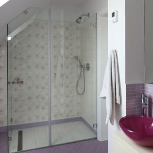 Strefa prysznica została podkreślona za pomocą dekoracyjnych płytek z kwiatowym motywem. Fot. Bartosz Jarosz.
