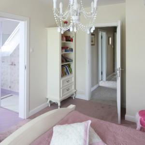 Łazienka znajduje się obok sypialni. Kolorystyka obu pomieszczeń jest spójna - dominują tutaj fioletowe i różowe odcienie. Fot. Bartosz Jarosz.