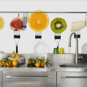 Słodkości w kuchni zawsze są na miejscu. Tutaj zdobią ścianę nad blatem. Kolorowe, soczyste owoce wpisują się również w charakter lata. Fot. Dekornik.