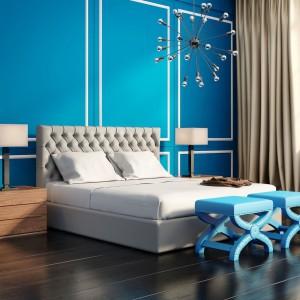 Znakomitym tłem dla mebli w neutralnej tonacji będą ściany w intensywnym kolorze, np. turkusowym. Aby aranżacja była piękna, a zarazem praktyczna, warto wykorzystać w niej kolorowe dekoracje i łóżko z wygodnym materacem. Fot. Janpol.