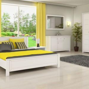 Jeśli chcemy ożywić sypialnię w taki sposób, aby nadal pozostała jasna, warto sięgnąć po żółte detale. Zasłony i narzuta w słonecznym kolorze ocieplą białą sypialnię nie burząc spokojnej aury. Fot. Marmex.