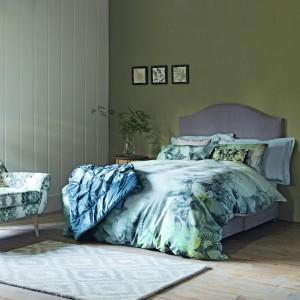 Nie od dziś wiadomo, że zieleń ma właściwości uspokajające, dlatego znakomicie sprawdza się w sypialni. Zanim pomalujemy na zielono ściany, pokuśmy się o pościel, w tym spokojnym odcieniu. Fot. Marks&Spencer.