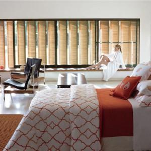 Ciepły efekt uzyskamy wykorzystując we wnętrzu pomarańczowy. Kolor ten sprzyja regeneracji i kreatywności. W sypialni lepiej jednak używać zgaszonych lub rozbielonych odcieni. Fot. Yves Delorme.