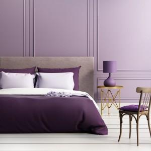 Charakter wnętrza podkreśli majestatyczny fiolet, elegancki granat czy ciemne szarości. Zdecydowane kolory nadają sypialni szyku, jednak trzeba stosować je z umiarem by nie przytłoczyć wnętrza i nie zniszczyć spokojnej aranżacji. Fot. Janpol.