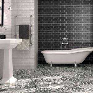 Ponadczasowe płytki z kolekcji Rustico inspirowane wzorem cegły stanowią idealne tło dla stylizowanej wanny. Fot. Tau Ceramica.