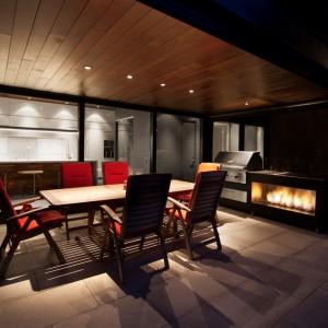 Z kuchni i jadalni domowników dzieli tylko kilka kroków od dużego tarasu, gdzie letnimi wieczorami można urządzać imprezy na świeżym powietrzu. Projekt: Blouin Tardif Architecture-Environnement. Fot. Steve Montpetit.