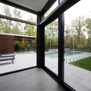 Duże, panoramiczne przeszklenia powiększają optycznie wnętrze i zapraszają do wnętrza zieleń, otaczającą dom. Projekt: Blouin Tardif Architecture-Environnement. Fot. Steve Montpetit.