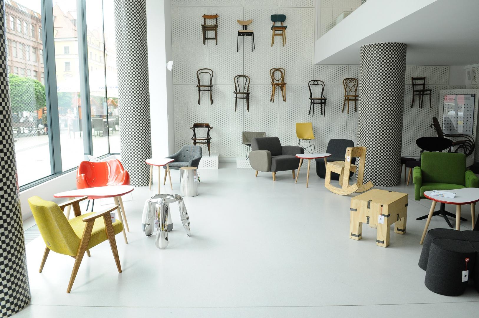 """Wystawa ze względu na interaktywny charakter, w którym eksponaty są jednocześnie przedmiotami użytkowymi do codziennej eksploatacji, wymaga dodatkowego sposobu oznaczania produktów. Każde krzesło zostanie """"ometkowane"""" jak w sklepie z odzieżą. Fot. Materiały prasowe"""