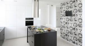 Meble kuchenne na wysoki połysk prezentują się niezwykle atrakcyjnie, rozświetlając kuchnię i nadając jej elegancki charakter. Tak wyglądają w domach Polaków.