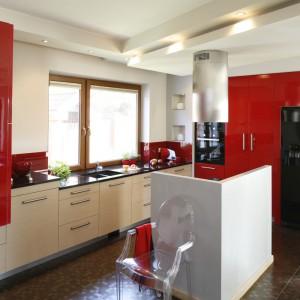 Dolna zabudowa z kolorze złamanej bieli została zestawiona z frontami w kolorze mocnej czerwieni. Odważną mieszankę kolorów wykończono w wysokim połysku. Projekt: Jolanta Kwilman. Fot. Bartosz Jarosz.