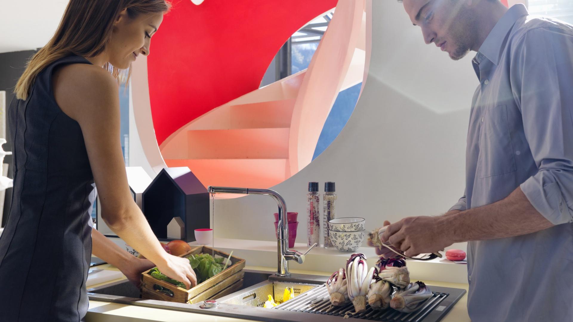 Powściągliwa, klasyczna forma zlewozmywaka Maris wykonanego z materiału Fraganit+ idealnie pasuje do przestronnych, nowoczesnych kuchni. Sprawdzi się również w mniejszych przestrzeniach. Ergonomiczna i elegancka bateria Sinos stanowi doskonałe uzupełnienie zlewozmywaka Maris. Fot. Franke.