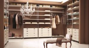 W typowych wnętrzach stylizowanych na lata dwudzieste widoczne są zarówno meble z lakierowanego drewna, stoły ze szklanymi blatami, fotele na chromowanych nóżkach, potężne sofy, proste ale także ciężkie biurka i komody i subtelne, wygodne szezl