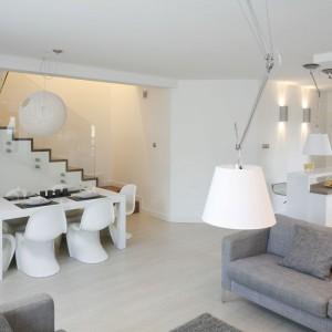 Wnętrze ma charakter otwarty. Salon płynnie łączy się z jadalnia oraz kuchnią. Projekt: Karolina Stanek-Szadujko, Łukasz Szadujko. Fot. Bartosz Jarosz.