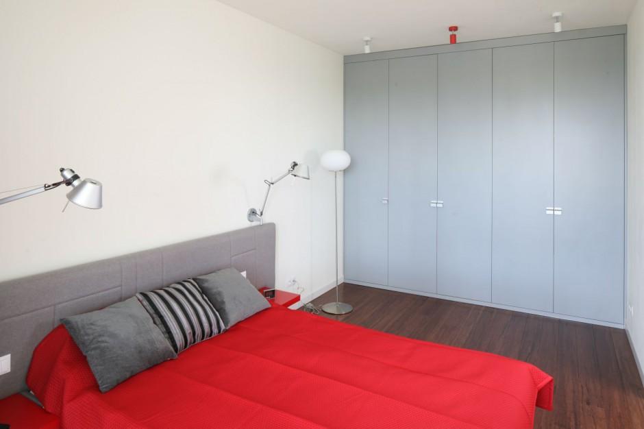 Czerwień, szarość i biel to...  Nowoczesna sypialnia. 20 propozycji architektów  Strona: 10