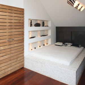 Niewielka sypialnia na poddaszu pełna jest egzotycznych motywów i pamiątek z dalekich podróży, przez co panuje w niej wyjątkowy klimat. Projekt: Katarzyna Mikulska-Sękalska. Fot. Bartosz Jarosz.