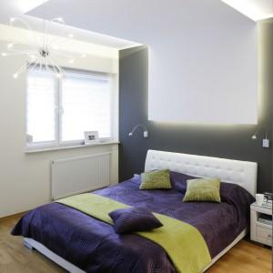 Sufit podwieszany podświetlony taśmą ledową wskazuje, że najważniejszym elementem wyposażenia sypialni jest łóżko z pikowanym zagłówkiem. Projekt: Marta Kilan. Fot. Bartosz Jarosz.
