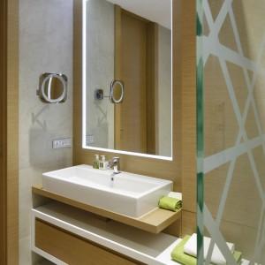W łazience wszystkie rzeczy codziennego użytku zostały starannie ukryte, tak aby zawsze panował tutaj porządek. Projekt: Maciej Brzostek. Fot. Bartosz Jarosz.