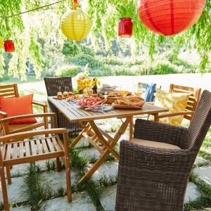 Taras, balkon czy ogród możemy oświetlić za pomocą kolorowych, dekoracyjnych lampionów. Fot. Tchibo.