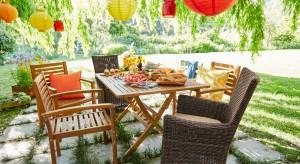 Piękna pogoda za oknem sprzyja spędzaniu czasu na świeżym powietrzu.Zobaczcie kolorowe dekoracje, które pomogą zaaranżować przestrzeń ogrodu.