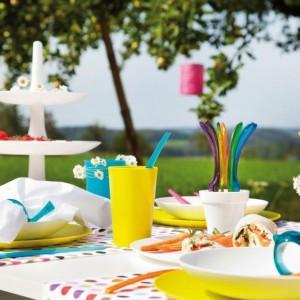 Naczynia i akcesoria wykonane z wytrzymałego tworzywa sztucznego zachwycają kolorami. Lekkie, praktyczne naczynia doskonale sprawdzą się na przyjęciach z udziałem dzieci. Fot. Koziol.