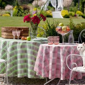 Tkaniny dekoracyjne z kwiatowym motywem wprowadzą do ogrodu elegancki charakter. Fot. Haft.
